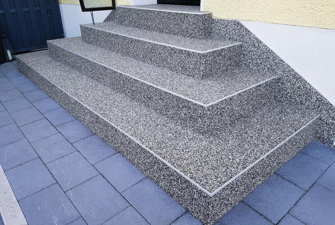 Außentreppe nach der Sanierung mit Natursteingranulat - pflegeleicht, modern, rutschhemmend.