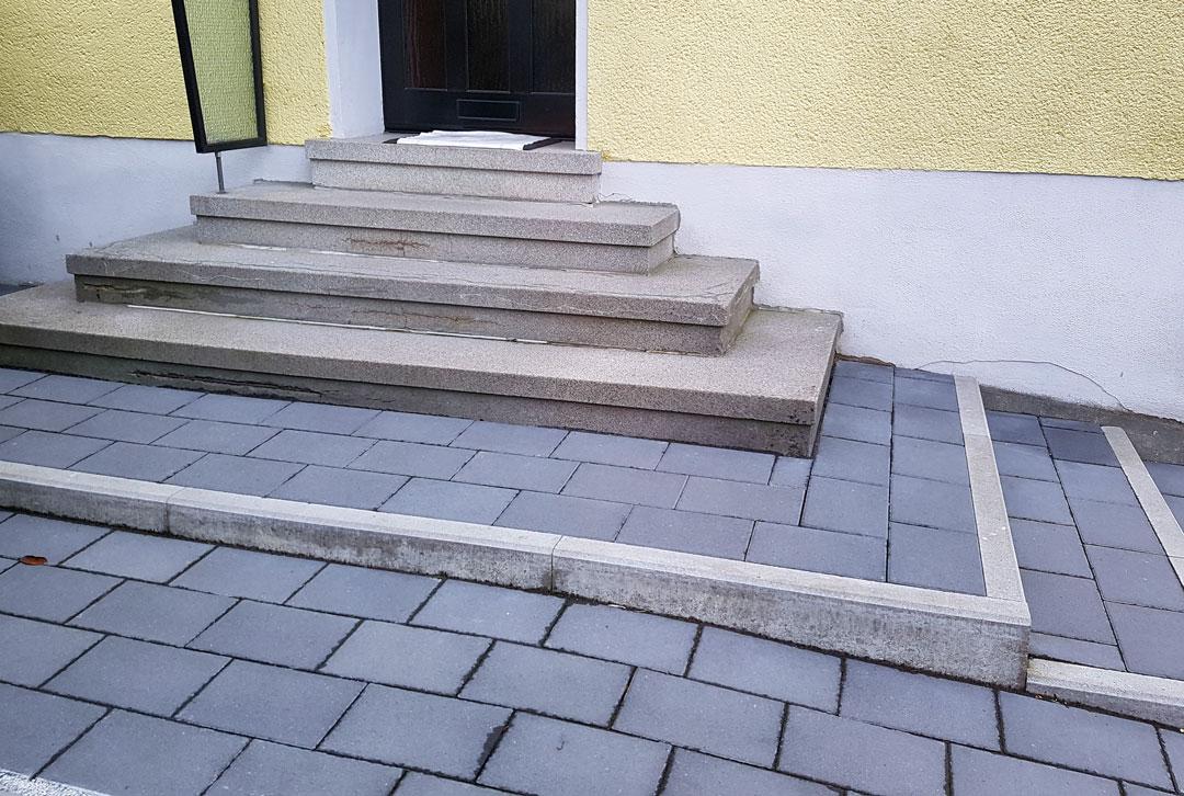 Außentreppe vor der Sanierung mit Natursteingranulat