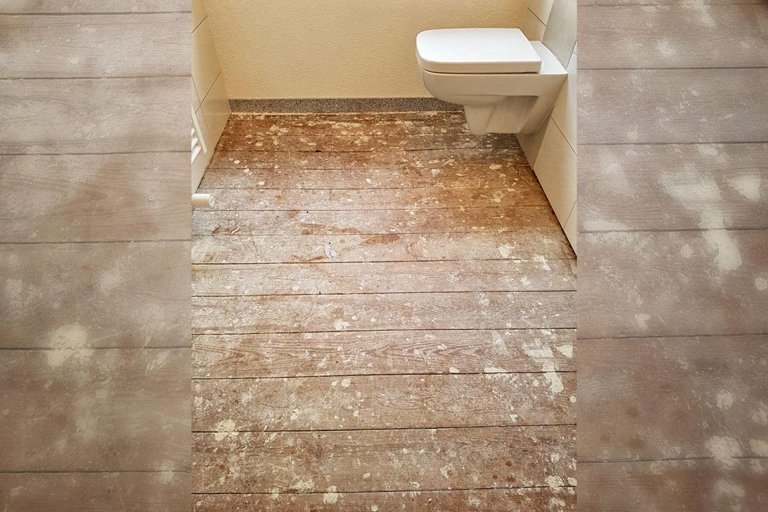 Badezimmerboden vor der Sanierung mit Natursteingranulat.